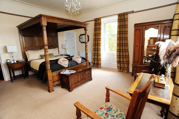 Chinthurst four poster bedroom