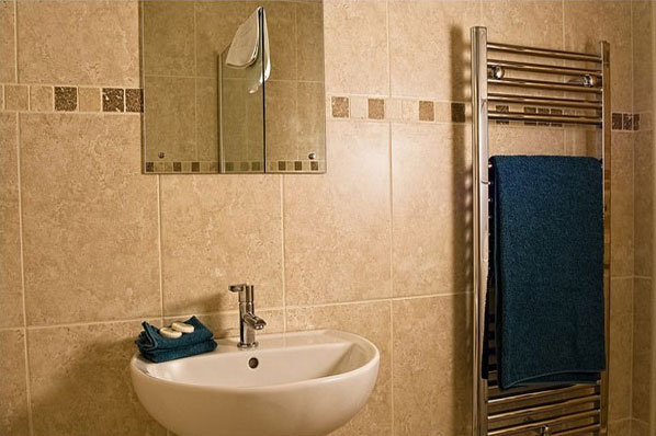 Hawthornes log cabins bathroom